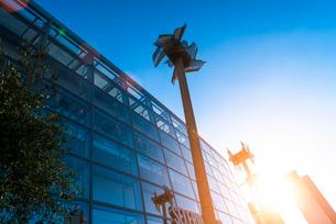 Miniature windmills next to shopping centre, Manchester, UKの写真素材 [FYI03524096]