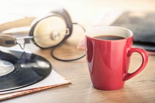 Still life of black coffee, headphones and vinyl recordの写真素材 [FYI03524097]