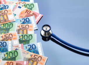 Stethoscope with euro currency notesの写真素材 [FYI03524670]
