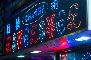 Illuminated currency exchange sign, Hong Kong, Chinaの写真素材 [FYI03525131]