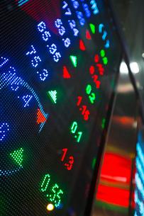 Digital display for stock market changes, Hong Kong, Chinaの写真素材 [FYI03525133]