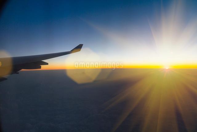 Aeroplane wing seen from inside aeroplaneの写真素材 [FYI03525135]