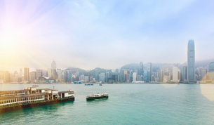 Central Hong Kong skyline and Star Ferry crossing Victoria harbor, Hong Kong, Chinaの写真素材 [FYI03525142]