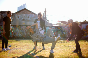 Young woman in breakdancing freezeの写真素材 [FYI03525223]