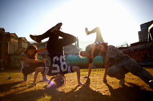 Young women breakdancing headstand freezeの写真素材 [FYI03525224]
