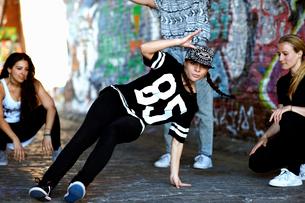 Young woman breakdancingの写真素材 [FYI03525226]