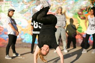 Young women in a breakdancing handstand freezeの写真素材 [FYI03525236]