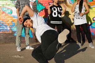 Young women in breakdancing freezeの写真素材 [FYI03525238]