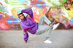 Young woman breakdancing freeze against graffitiの写真素材 [FYI03525240]