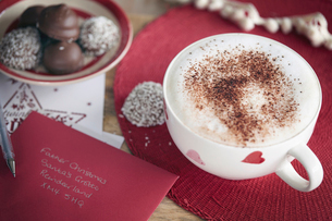 Coffee, Invitation card and coconut-coated chocolateの写真素材 [FYI03525920]