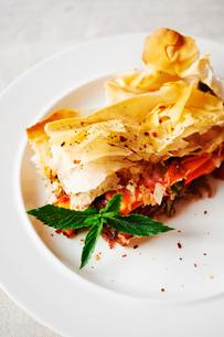 Sweet potato filo pastry tart, close-upの写真素材 [FYI03526435]