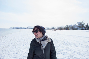 Portrait of mid adult woman, laughing, against snowy backdropの写真素材 [FYI03526626]