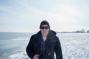 Portrait of mid adult man against snowy backdropの写真素材 [FYI03526629]
