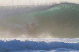 Two surfers on wave, Hawaiiの写真素材 [FYI03526863]