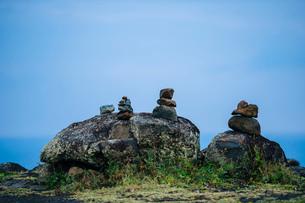 Boulders and stacked rocks, Maui, Hawaiiの写真素材 [FYI03526903]