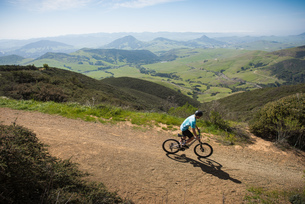 Cyclist mountain biking, San Luis Obispo, California, United States of Americaの写真素材 [FYI03527312]