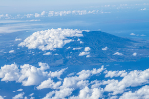 Hawaii seen through clouds, aerial viewの写真素材 [FYI03527613]