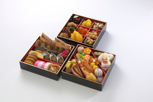 Assortment of foods in bento boxes, studio shotの写真素材 [FYI03527843]
