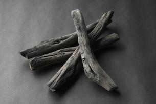 Grey charcoal sticks, studio shotの写真素材 [FYI03527863]