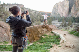 Rock climber taking photograph, Smith Rock State Park, Oregonの写真素材 [FYI03528020]