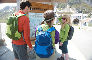 Tourists looking at information board, Independence Mine State Historical Park, Hatcher Pass, Matanuの写真素材 [FYI03529302]