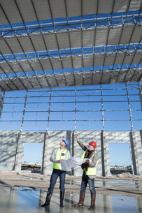 Surveyor and architect looking up at construction frameの写真素材 [FYI03529373]