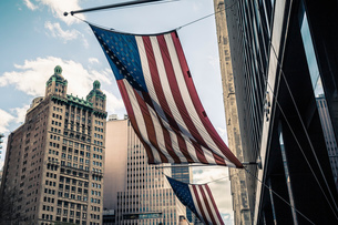 View of buildings and American flags, Manhattan, New York, USAの写真素材 [FYI03529663]