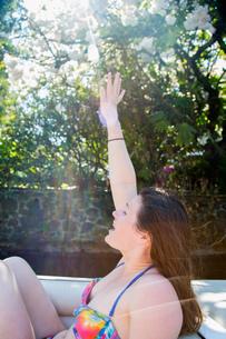 Young woman wearing bikini waving from motor boat, Lake Oswego, Oregon, USAの写真素材 [FYI03529778]