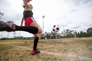 Soccer player practising in fieldの写真素材 [FYI03529804]