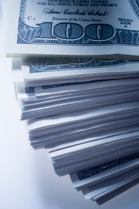 Cropped view of stack of outspread one hundred billsの写真素材 [FYI03529858]