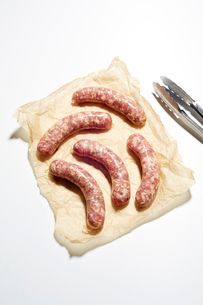 Still life of raw italian sausages on brown paperの写真素材 [FYI03530208]