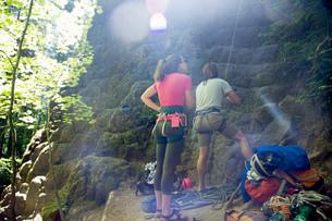 Friends rock climbing, French's Dome, Zig Zag, Oregon, USAの写真素材 [FYI03530407]