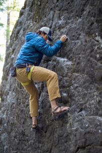Man rock climbing, French's Dome, Zig Zag, Oregon, USAの写真素材 [FYI03530410]