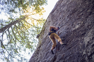 Man rock climbing, French's Dome, Zig Zag, Oregon, USAの写真素材 [FYI03530412]