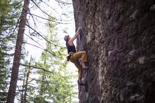 Man rock climbing, French's Dome, Zig Zag, Oregon, USAの写真素材 [FYI03530413]