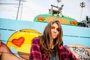 Graffiti artist by painted wall, Venice Beach, California, USAの写真素材 [FYI03530414]