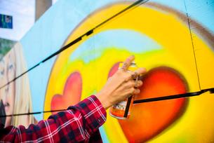 Graffiti artist spray painting wall, Venice Beach, California, USAの写真素材 [FYI03530415]