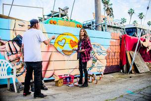 Graffiti artists by painted wall, Venice Beach, California, USAの写真素材 [FYI03530416]