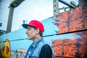 Graffiti artist by painted wall, Venice Beach, California, USAの写真素材 [FYI03530421]