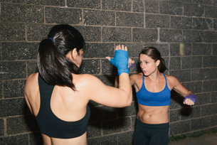 Two friends exercising together boxingの写真素材 [FYI03530737]