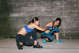 Two friends exercising together boxingの写真素材 [FYI03530742]