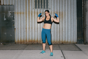 A young brunette woman exercising and boxingの写真素材 [FYI03530745]