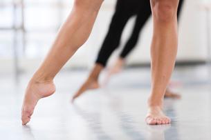 Dancers bare feet en pointeの写真素材 [FYI03530957]