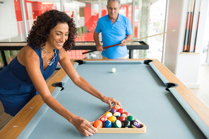 Senior man and wife setting up pool tableの写真素材 [FYI03531026]