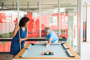 Senior man and wife playing poolの写真素材 [FYI03531027]