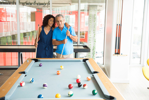Senior man and wife at pool tableの写真素材 [FYI03531028]