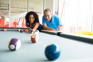 Senior man and wife playing on pool tableの写真素材 [FYI03531029]