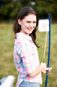 Portrait of teenage girl practicing archeryの写真素材 [FYI03531434]