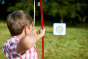 Rear view of teenage boy practicing archeryの写真素材 [FYI03531441]