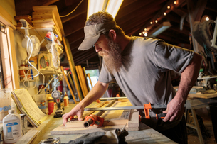 Wood artist working in workshopの写真素材 [FYI03531978]